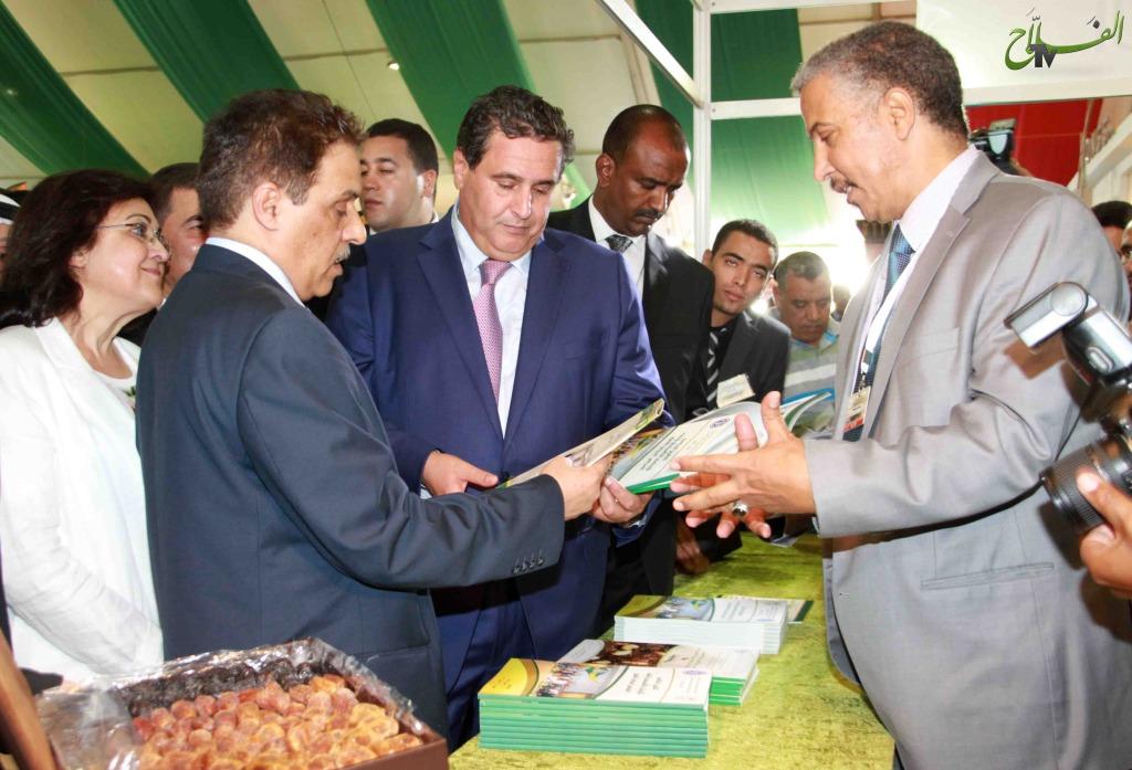 السيد عزبز أخنوش وزير الفلاحة و الصيد البحري في جول بأحد الأروقة بالمعرض الدولي للتمور بأرفود